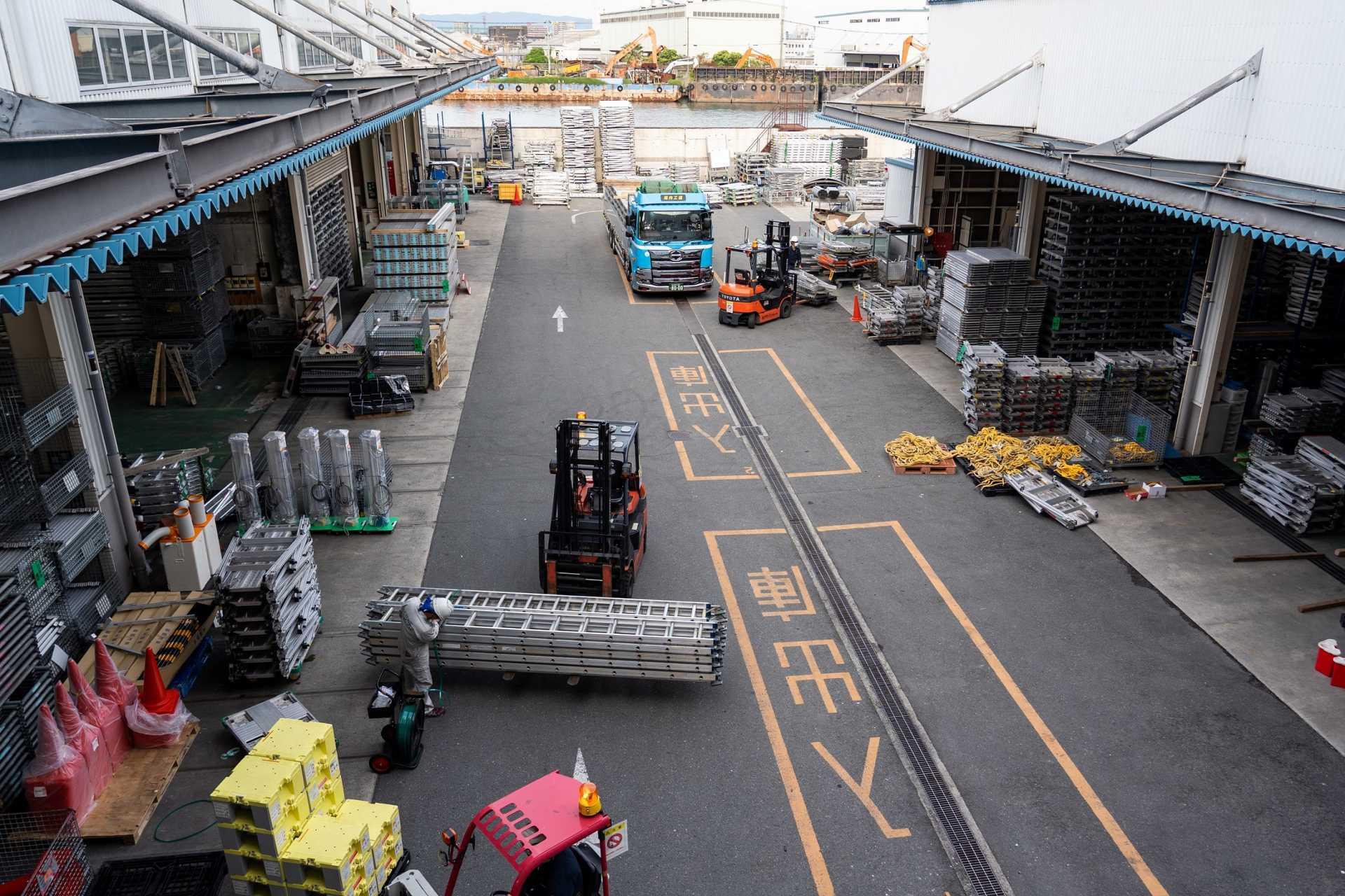 建設現場を支える機材センター。貸出/返却機材の対応で大忙しです!